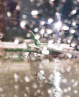 有长荣客机成功降落,惟因风太大致登机桥未能连接机舱门。