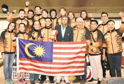 大马保龄球队庆祝拉菲克(前排左四)赢得精英赛金牌。