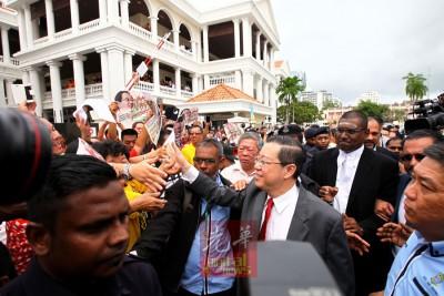 法庭案件管理程序不到10分钟结束,林冠英较后在各领袖和支持者簇拥下,步行到槟岛市政厅。