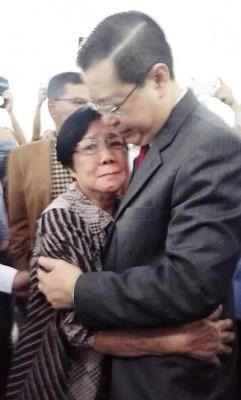 天下的母亲无一不心疼孩子,梁玉治法庭外亲拥儿子林冠英,眼中带泪。(取自首长林冠英脸书)