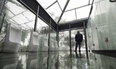 长沙石燕湖一间全透明的玻璃厕所对外开放,吸引不少游客参观。