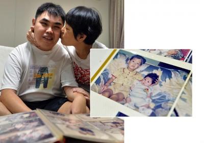 符候境(左)与母亲沈女士。右图为符候境(右)小时候与哥哥的合照。