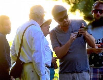 奥斯卡影帝李奥接受多狄卡皮欧(右二)周五以纽约遛狗,撞一对迷路的老夫妇,拿手机指点他们方向。