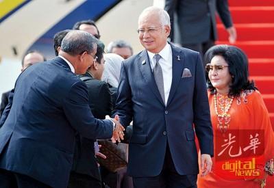 纳吉与罗丝玛抵达瓦岱国际机场时,与到场迎接的我国代表团成员握手问好。