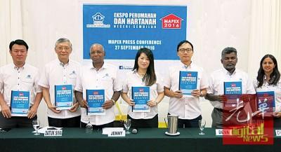 2016年下半年森州房地产博览会将于10月7至9日在芙蓉首要广场举行;中为黄丽萍,右3为叶保倖。