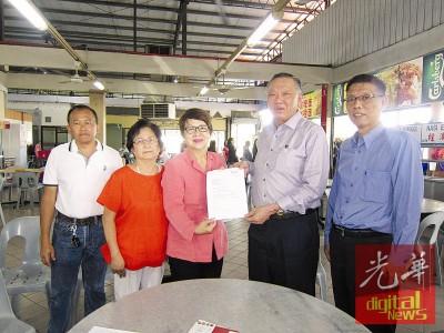 马兴松(右2)移交缴还税款的收据给陈燕珠,右1为许汉宏,左1及2为陈瑞亮及黄彩风。