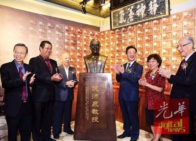 黄惠康(右3)为饶师泉铜像揭幕。左起谢奇、杨伟雄、饶仁刚、饶荣芳与陈凯希。