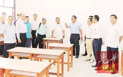 教育局指示威南7所华小提呈合格报读威南日新中学的学生名单。前左起吴清良、吴文君、倪德春、尤索夫、李振兴、何秋明及右陈建宝。