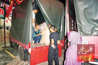 情侣在罗里车斗内吸毒被捕。