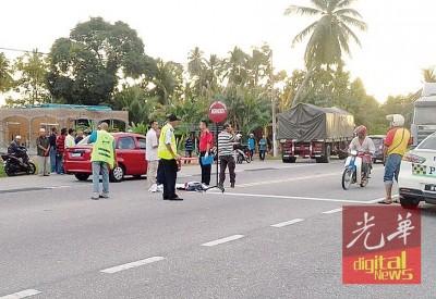 男童过马路上学时,遭罗里当场撞毙。