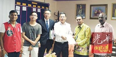 廖泰义(左4)协助事主黄家才(左2)顺利呈申批的庭令后交给国能公司官员莫哈末诺海占(右2),以便安排重新装置电表,并由(左起)莫甘、赖志明律师见证。