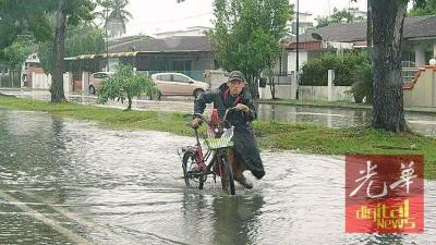 脚车骑士经过登米盖路,涉水而过。
