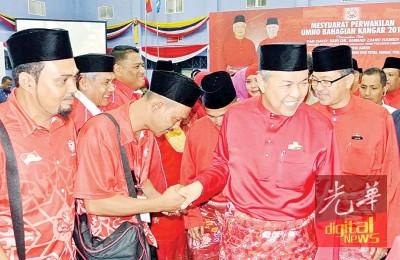 阿末扎希(右2)与基层党员握手,右1为阿兹兰。
