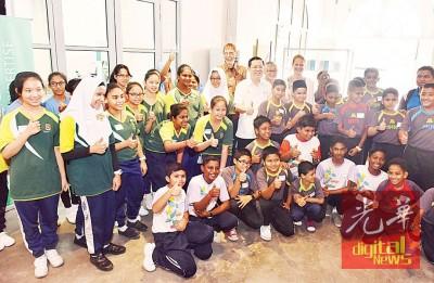 林冠英与参与首天课程的学生们合照。