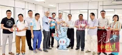 刘子健(右5)代表槟州公正党赠送月饼予总编辑王平松(右6),同行者包括玛章武莫州议员李凯伦(右2)、槟岛市议员黄吉兴(左5)、和前植物园区州议员王康立(右3)等。