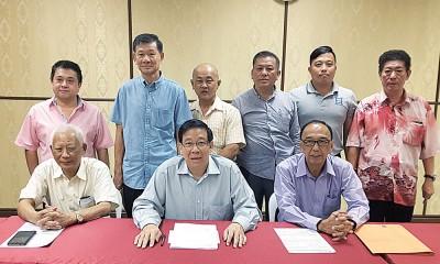 槟城海南友好协会大会,前排左起为拿督黄赐兴、拿督斯里祝友成及拿督邓国彬。