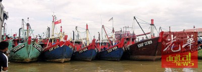 因为受大风流的影响,吉打港口大部分渔船靠岸不出海。
