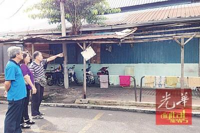 刘天运(右1)指出已生锈破洞的市议会商业摊位屋顶。左起:李思清及林月娣。