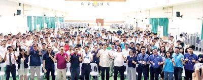 """吴维城(左8)与参展单位代表及学生在""""国内大专院校教育展""""开幕礼上,竖起拇指赞好!"""