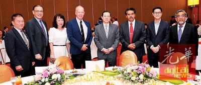 """林冠英及一行槟州行政议员出席大马国际商业及工业公会槟城分会举办的""""年度对话午餐会。左2为陈源辉。"""