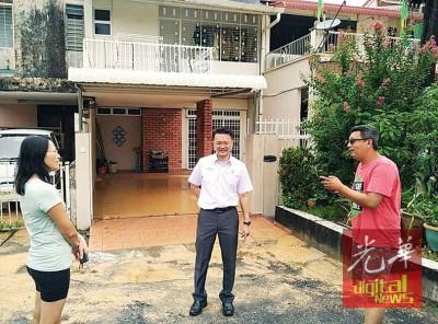 杨顺兴(中)问候被黄水冲进住家内的选民。