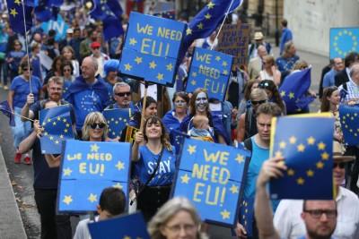 反对英国脱欧的示威者,周六高举标语牌上街示威。(法新社照片)