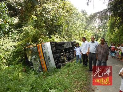 载有22名原住民学生的学生巴士失控翻覆,廖仪玲(左起)、曾振铨与邓富华视察肇事地点。
