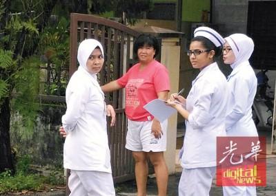 霹雳卫生局人员以百利莎花园进行逐户家访,盖了解居民被影响之水平。