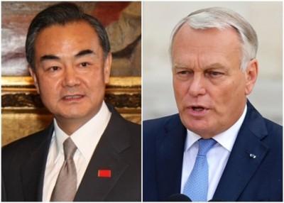 中国外长王毅(左)周日与法国外长艾罗(右)通电话,并就朝鲜半岛问题交换意见。(资料图片)