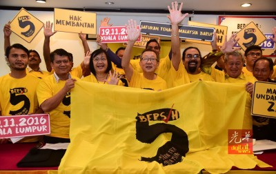 玛丽亚陈(前排左3由)和杜乾焕及巴山慕丁当成员,通告净选盟5会议时间。