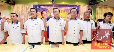 廖中莱(左2)以黄日昇(左起)跟郑修强陪下,宣读马华誓言。