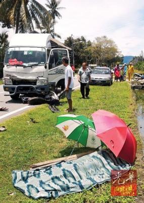 老翁骑摩托车遇车祸,当场丧命。