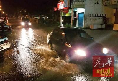瓜拉古楼闪电水灾,道路也淹水。