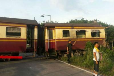 火车被炸弹袭击。