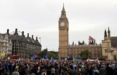 示威者在伦敦国会广场集会,表达诉求。