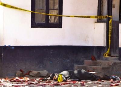 其中一名女凶徒陈尸地上。