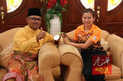 按德利斯哈伦(左)以及吴柳萤分享奥运混双银牌喜悦。