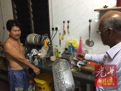 雙溪賴大園受影響居民(左)向峇都蠻州議員再也峇蘭(右)投訴無預警的制水,引起諸多不便。