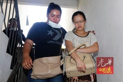 干毒死丈夫和子女的女性嫌犯(右)吃警官扣查。