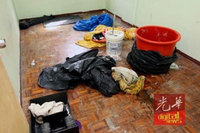 半名小死者被藏尸在个别只胶箱后,更被弃入房内的一个红色大塑料桶,紧接着以塑料袋多层包裹,更以上被单。