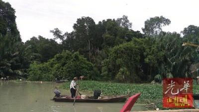 不知从哪儿飘来一大堆大发快三平台,挡渔船无法出入海域,被迫停驶。
