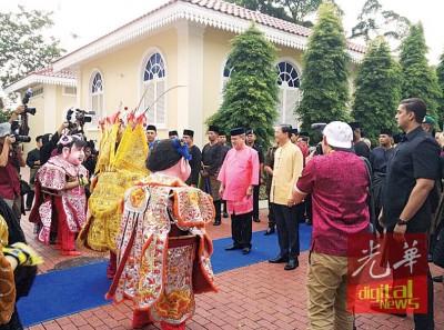 殿下由郑修强陪,观赏最有华族传统文化之洋娃娃表演。