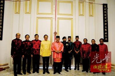 """殿下(左5)以及王储(左6自从)、亚王子及四王子,当""""国族礼堂""""以及新山县城华社领袖合照,左起是曾德发、张润安、郑金财、黄循积、伍天虽跟陈泰昌。"""