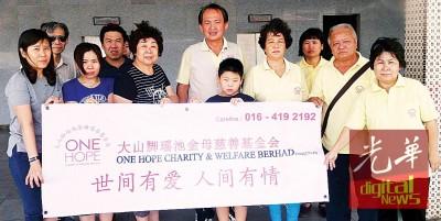 刘汉光举殡仪式后,朋友与该会理事合影表谢意,右5也给棺主任何永发,右4也谢宝珍。