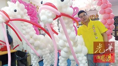 郭英扬与赶工中的气球马车。