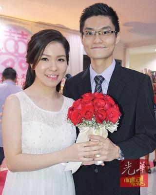 医生情侣朱勇全(右)与李晓萍捧着花束甜蜜合影。