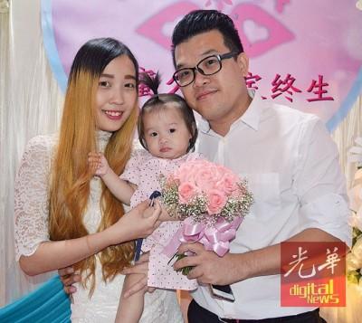 谢华伦(右)与梁馨文携带女儿谢妤彤,一家三口幸福合影。