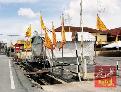 市政厅已发出指示,高挂在街头的庆祝九皇大帝宝诞旗帜不该阻碍交通视线。