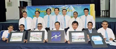 槟城大英义学校200周年校庆委员出示大英义学校200周年庆首日封样本。