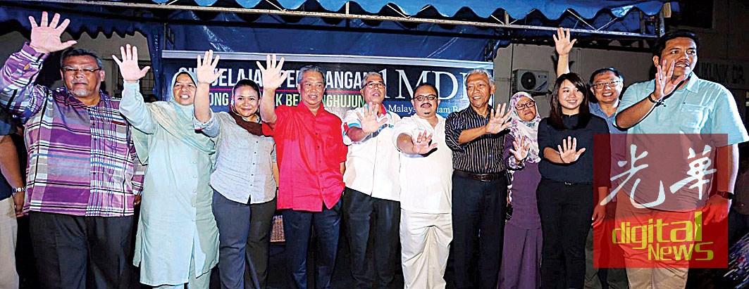 慕尤丁(左4)举起手比五,呼吁民众出席参与净选盟5.0,左1起是阿米诺胡达、祖莱达、阿妮娜等人。